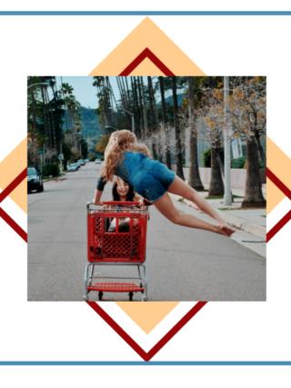czego nie warto kupować - dwie dziewczyny z wózkiem zakupowym